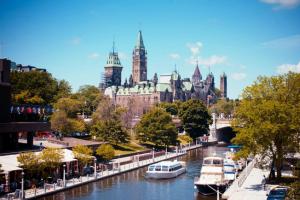 移民加拿大选择枫叶卡还是入籍?到底怎么选择最合适?